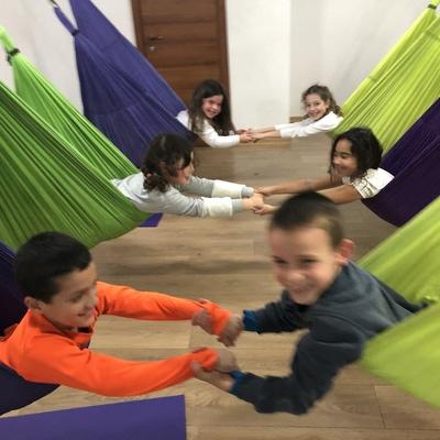 ילדים נהנים ביוגה